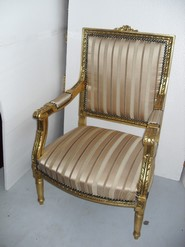 Chair Ref M116B. Beautiful and decorative chair in golden color and, made entirely of wood, with beige floral style upholstery. Dimensions 63 x 104 x 62 cm.