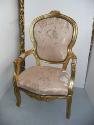 Chair Ref M134. Beautiful and decorative chair in golden color and, made entirely of wood, with beige floral style upholstery. Dimensions 68 x 118 x 58 cm.